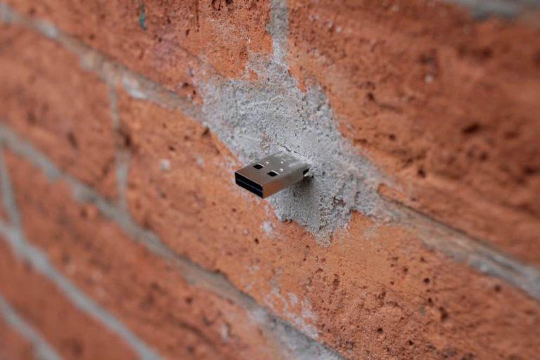 Dead Drops, la red de USB instalada en muros de todo el mundo