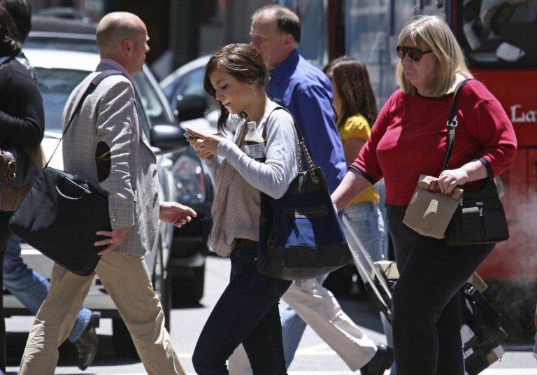 Señales de tráfico en el suelo para los adictos al móvil en Sydney
